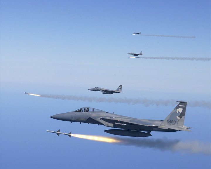Emports, armements, équipements - Page 2 F-15-firing-missiles