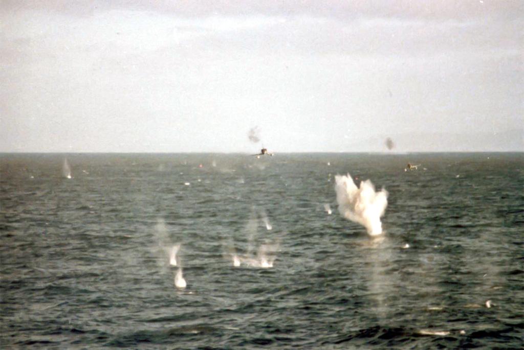 Ataque de la Fuerza Aérea Argentina a la fragata Broadsword. Los pilotos son Carballo y Rinke